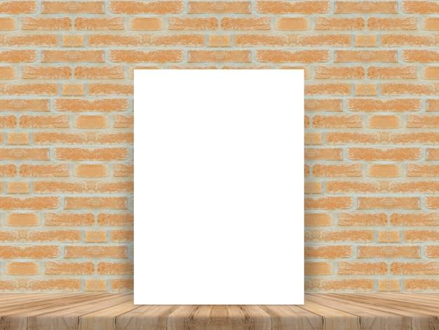 Folio en blanco apoyado en una pared