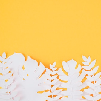 Follaje artificial blanco de estilo de papel con espacio de copia