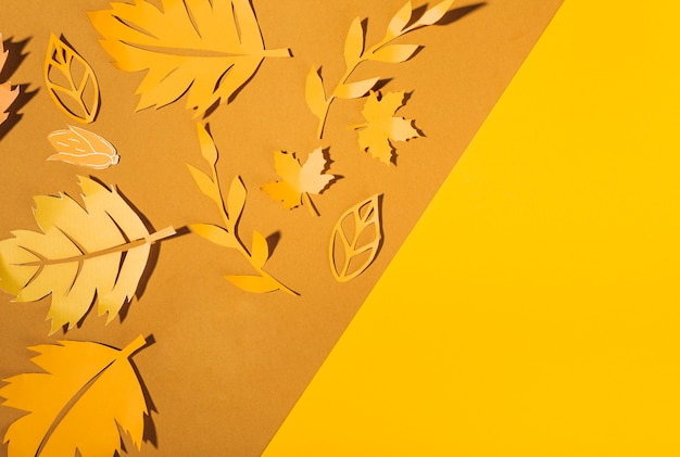 Folletos de papel amarillo en la mesa