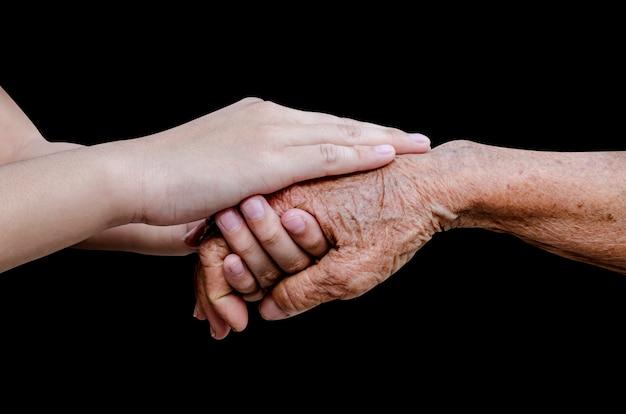 Fomento de manos viejas y jóvenes