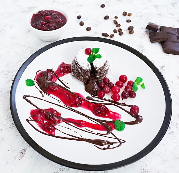 Fondant de chocolate con salsa de arándanos.