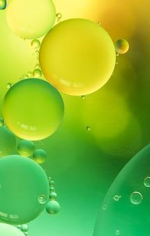 Fondo abstracto brillante amarillo y verde burbujeante