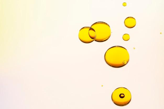 Fondo abstracto burbuja de aceite amarillo en papel tapiz de agua