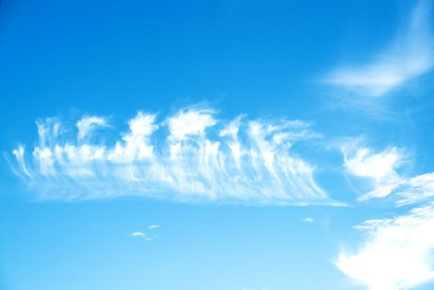 Fondo abstracto de cielo azul nublado