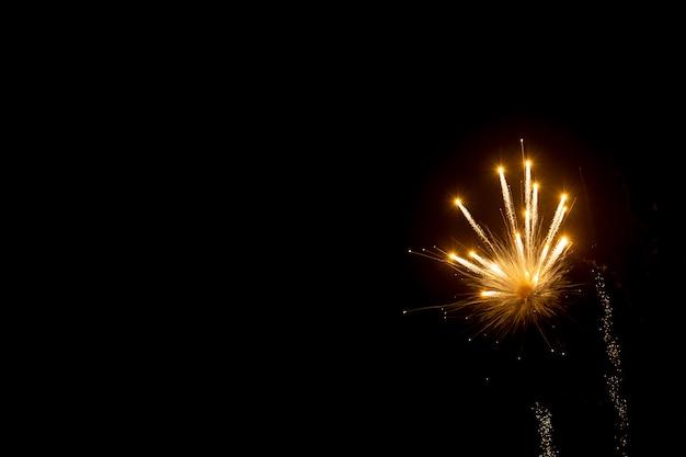 Fondo abstracto de fuegos artificiales con espacio