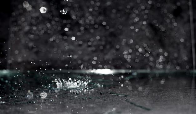 Fondo abstracto gota de agua, salpicaduras sobre fondo negro