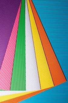 Fondo abstracto de hojas de papel de colores