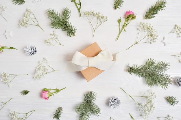 Fondo abstracto de navidad decorado con regalo en el centro y elementos de navidad