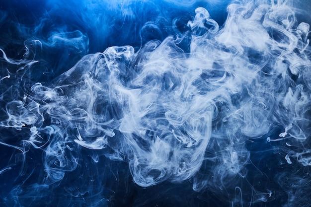 Fondo abstracto del océano azul. humo arremolinado bajo el agua, papel tapiz de colores vibrantes del mar, pintura de olas en el agua