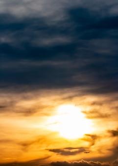 Fondo abstracto, paisaje del cielo dramático por la tarde.