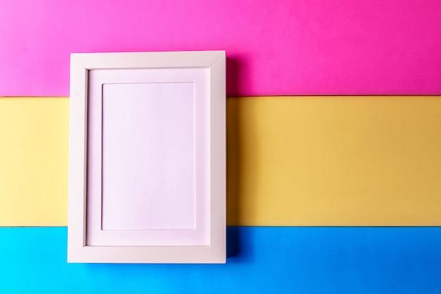 Fondo abstracto del papel del colofrul del minimalismo con el marco vacío.