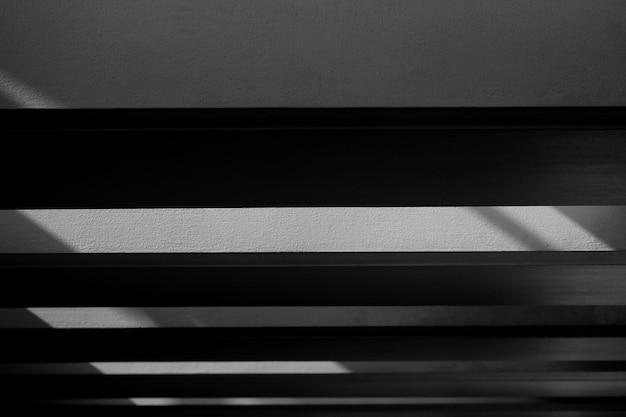 Fondo abstracto de una pared blanca con las sombras de la ventana. - monocromo