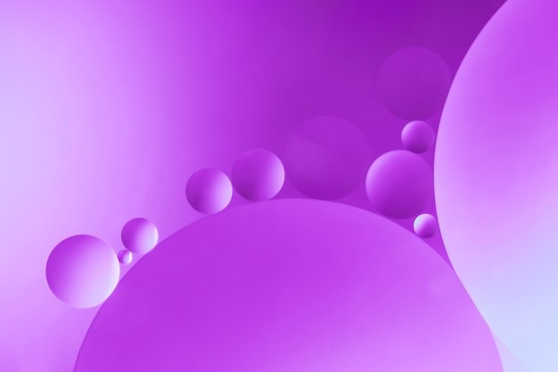 Fondo abstracto púrpura brillante con burbujas