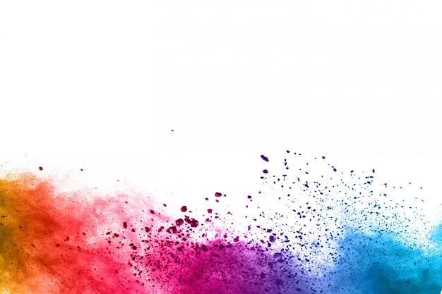 Fondo abstracto de salpicaduras de polvo. explosión colorida del polvo en el fondo blanco.