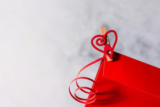 Fondo abstracto de san valentín con corazones y cintas con lugar para el texto