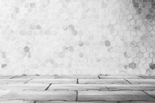 Fondo abstracto del sitio vacío con forma del triángulo en la pared con el modelo concreto del piso.