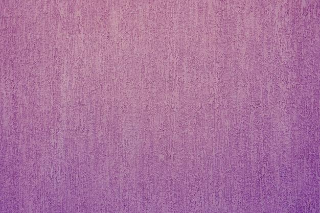 Fondo abstracto y textura de una pared enyesada en púrpura con textura de escarabajo de corteza.
