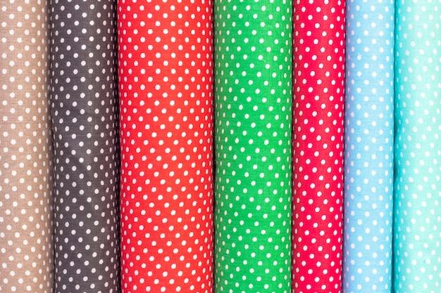 Fondo abstracto, textura de la tela de algodón. tela de lunares en diferentes colores. pañería