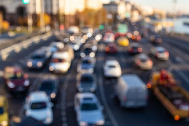 Fondo abstracto tráfico denso en una carretera. vehículos borrosos con bokeh.