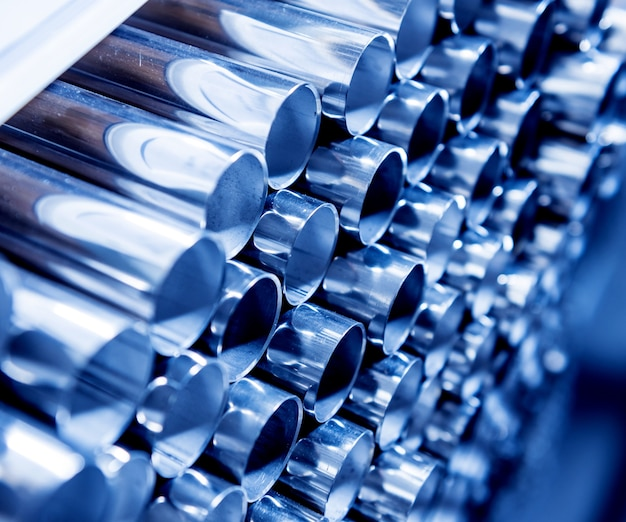 Fondo abstracto de tubos de acero apilados en un palet.