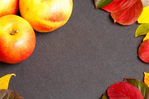 Fondo de acción de gracias con manzanas y hojas de otoño.