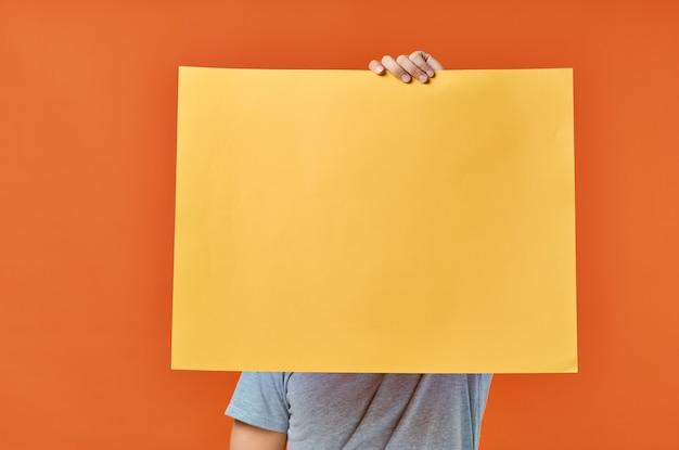 Fondo aislado del descuento del cartel de la maqueta del amarillo del hombre emocional