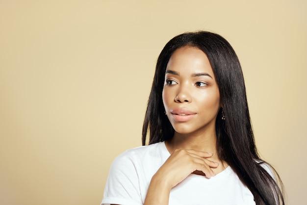 Fondo aislado de la moda hermosa del pelo largo oscuro afroamericano