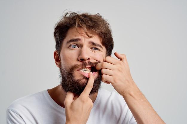 Fondo aislado del tratamiento de la odontología del problema dental del hombre emocional