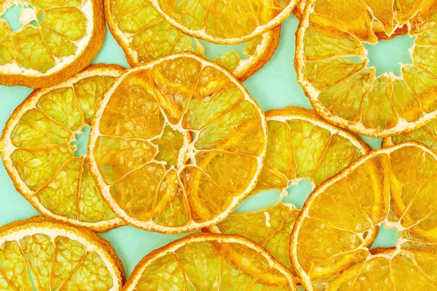 Fondo de alimentos a base de plantas. chips de fruta deshidratada de mandarina, rebanadas redondas como bocadillos saludables o dulces