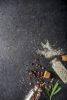 Fondo de alimentos de cocina con hierbas, aceite de oliva y especias.
