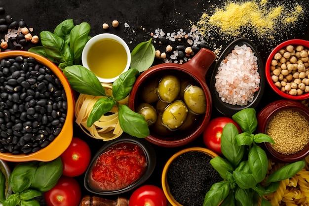 Fondo de alimentos concepto de alimentos con varios sabrosos ingredientes frescos para cocinar. ingredientes italianos de la comida. vista desde arriba con espacio de copia.