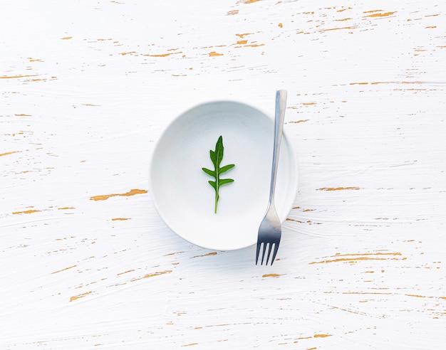 Fondo de alimentos y concepto de ensalada con cohete salvaje plano lay