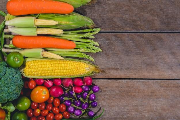 Fondo de alimentos frescos sabrosos y saludables vegetales varis están en la mesa de madera