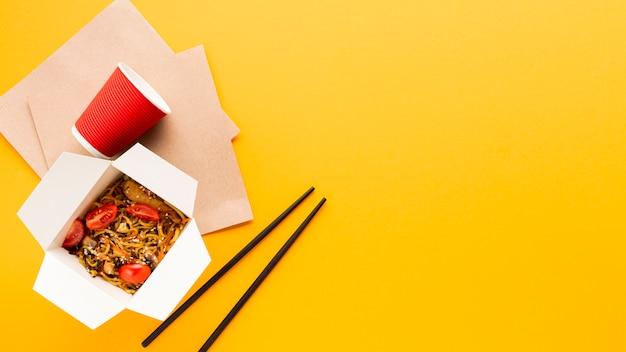 Fondo amarillo con comida china.
