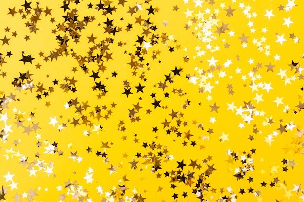 Fondo amarillo confeti en forma de estrella