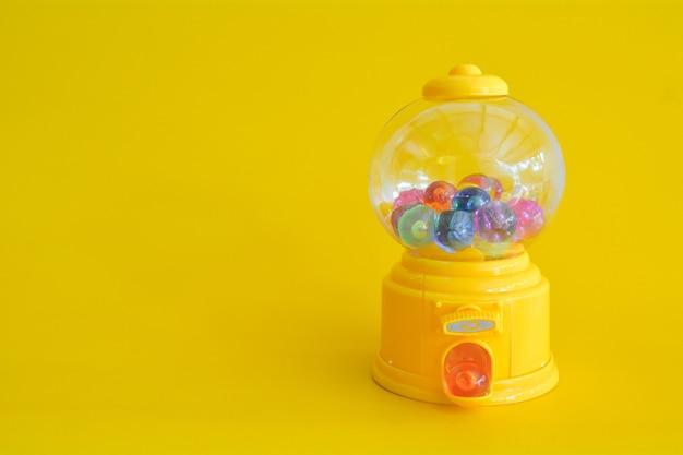 Fondo amarillo mínimo abstracto del juguete de la cápsula