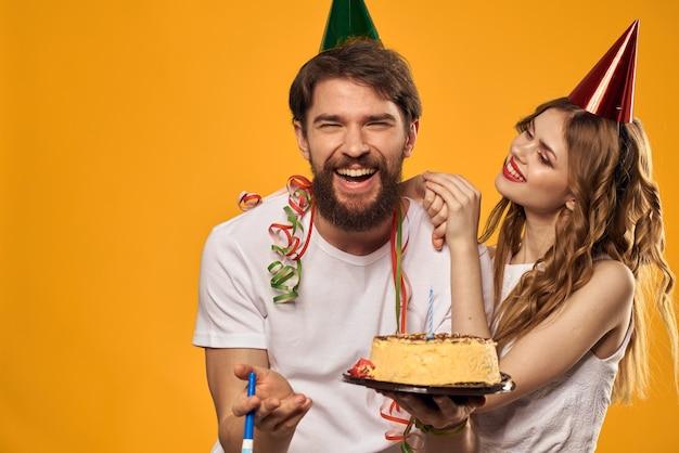 Fondo amarillo pastel festivo cumpleaños hombre y mujer