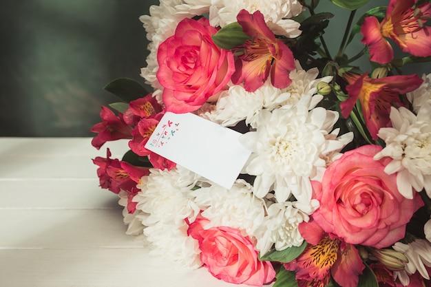 Fondo de amor con rosas rosadas, flores, regalo en la mesa