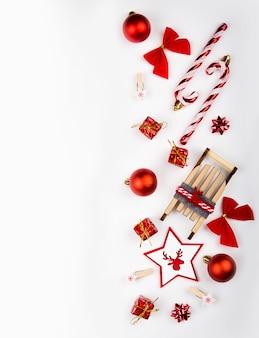 Fondo de año nuevo, bolas rojas y regalos