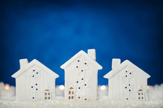 Fondo de año nuevo con casas blancas en la nieve