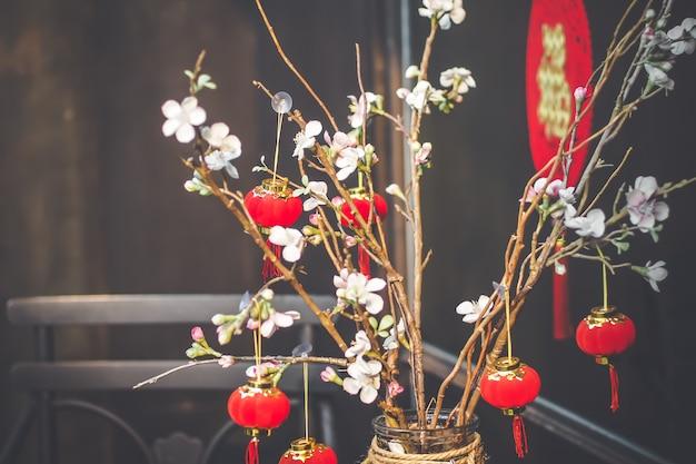 Fondo de año nuevo chino. ramas de sakura en flor roja sobre fondo brillante