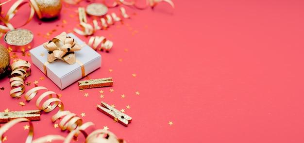 Fondo de año nuevo y navidad. concepto de vacaciones y ventas. confeti, regalos y lazos, vista horizontal superior