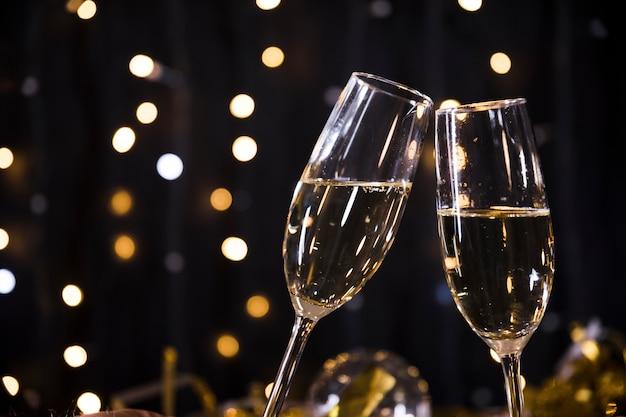 Fondo de año nuevo con vasos de champán
