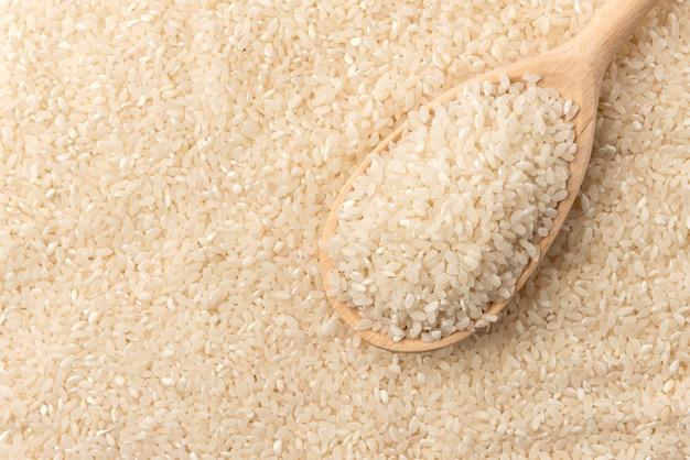 Fondo de arroz con cuchara de madera.