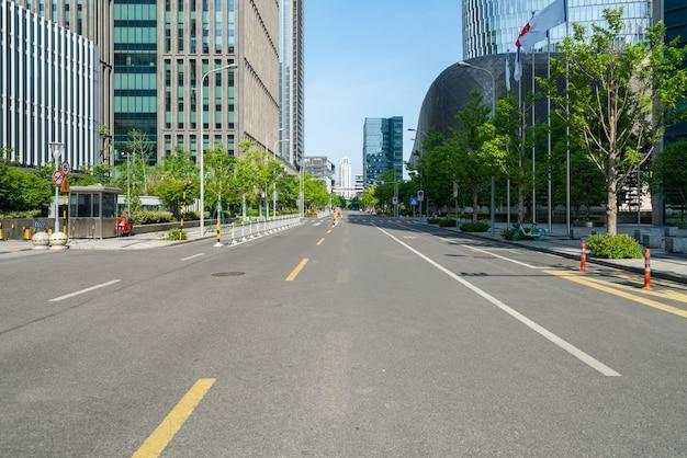 Fondo de autopista y horizonte urbano.