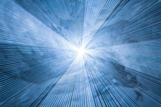 Fondo azul borroso abstracto con rayos de luz divergentes - luz estroboscópica láser en humo