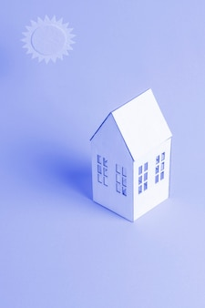 Fondo azul con casa isométrica