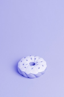 Fondo azul con donut isometrico