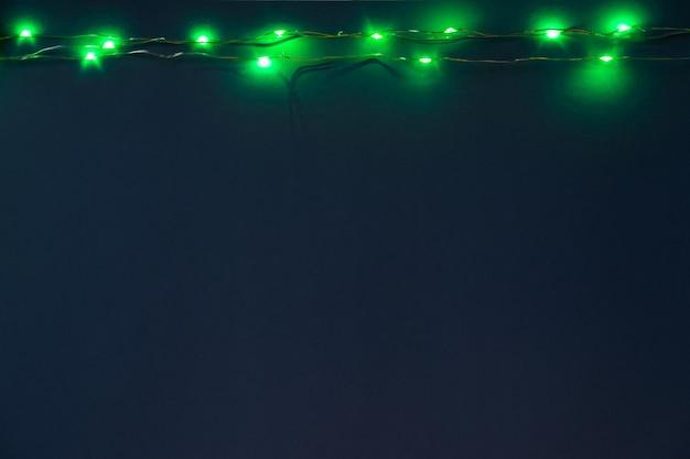 Fondo azul con luces iluminadas de garland