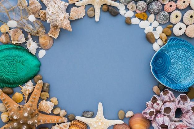Fondo azul con marco de elementos marinos